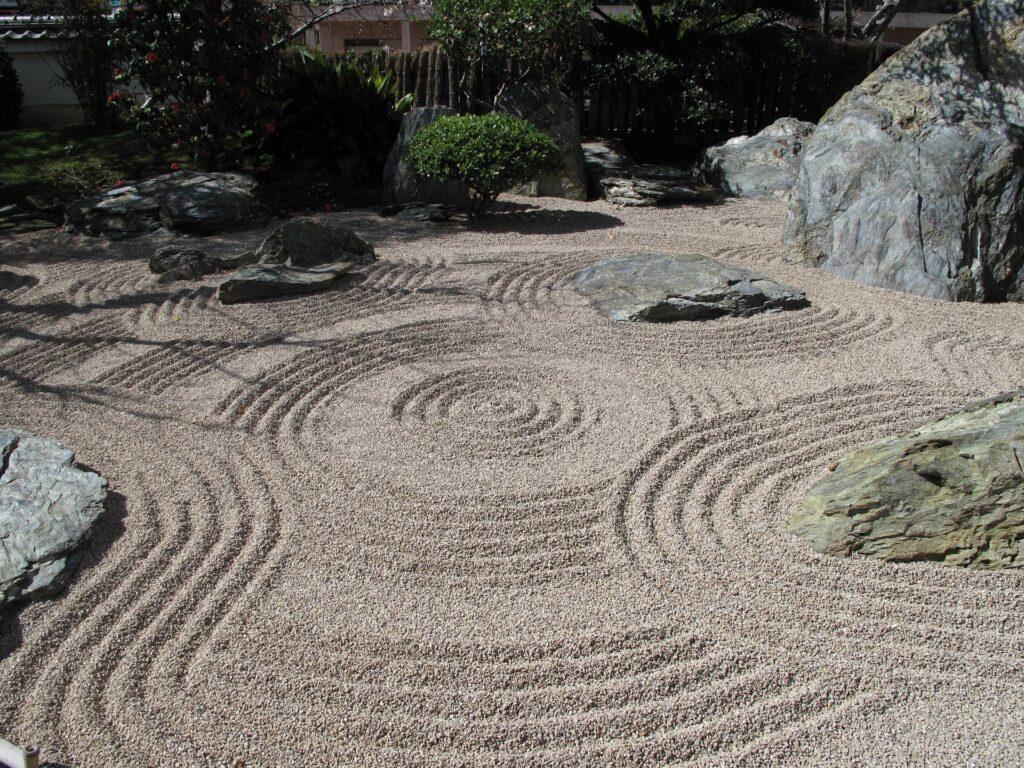 in kies gerechte muster symbolisieren das wasser beim zengarten
